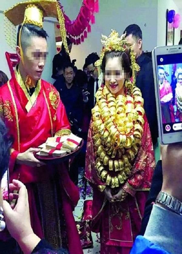 Sốc với đám cưới phong cách cổ trang, cô dâu 'gãy cổ vì vàng' - ảnh 1