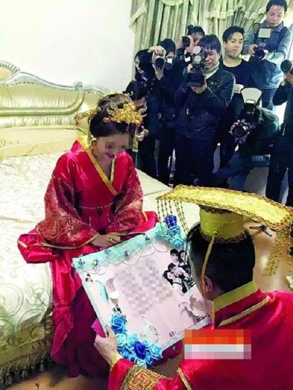 Sốc với đám cưới phong cách cổ trang, cô dâu 'gãy cổ vì vàng' - ảnh 3