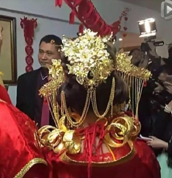 Sốc với đám cưới phong cách cổ trang, cô dâu 'gãy cổ vì vàng' - ảnh 5