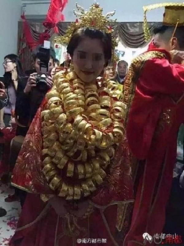 Sốc với đám cưới phong cách cổ trang, cô dâu 'gãy cổ vì vàng' - ảnh 6
