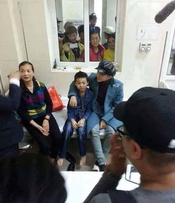 Cậu bé ung thư được lên sân khấu hát cùng Sơn Tùng - ảnh 1