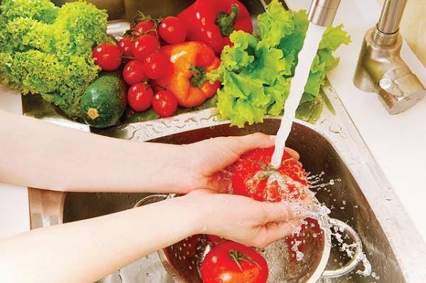 Xử lí rau củ quả ngậm hóa chất với 3 nguyên liệu có sẵn trong bếp - ảnh 1
