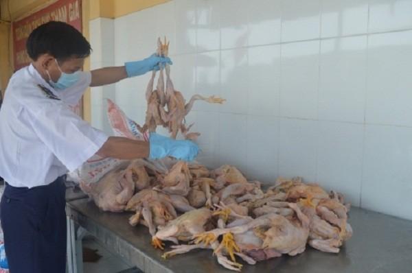 Gần 200kg gà đã rỉ dịch, bốc mùi hôi thối 'tuồn' vào TPHCM - ảnh 1