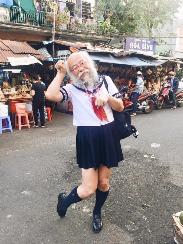 Cụ ông râu tóc bạc phơ mặc váy nữ sinh gây xôn xao Sài Gòn - ảnh 2