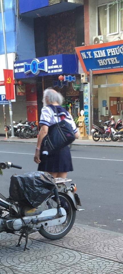 Cụ ông râu tóc bạc phơ mặc váy nữ sinh gây xôn xao Sài Gòn - ảnh 1