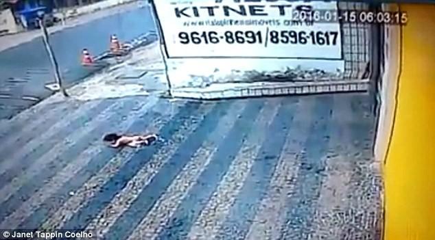 Đứng tim khoảnh khắc bé gái 14 tháng tuổi rơi từ tầng cao xuống đất - ảnh 1