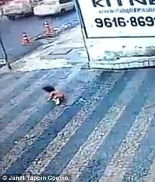 Đứng tim khoảnh khắc bé gái 14 tháng tuổi rơi từ tầng cao xuống đất - ảnh 2