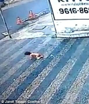 Đứng tim khoảnh khắc bé gái 14 tháng tuổi rơi từ tầng cao xuống đất - ảnh 3