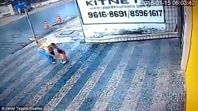 Đứng tim khoảnh khắc bé gái 14 tháng tuổi rơi từ tầng cao xuống đất - ảnh 4
