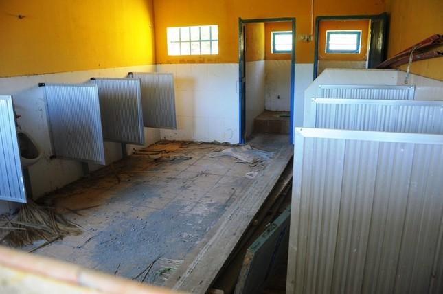 Xây nhà vệ sinh khủng cho trường rồi... để đó!  - ảnh 2