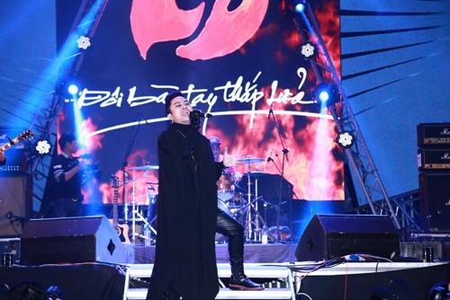 Vợ Trần Lập rơi nước mắt cổ vũ chồng trên sân khấu - ảnh 4