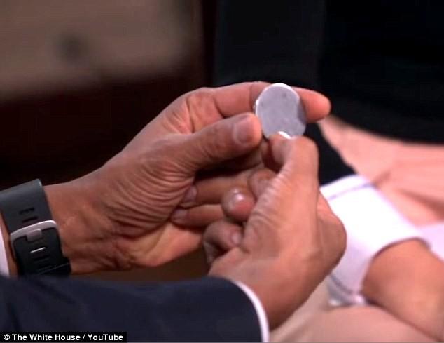 Tiết lộ những đồ vật luôn nằm trong túi Tổng thống Mỹ Obama  - ảnh 4