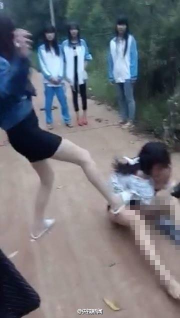 Nữ sinh bị lột quần áo, đánh hội đồng giữa phố - ảnh 1