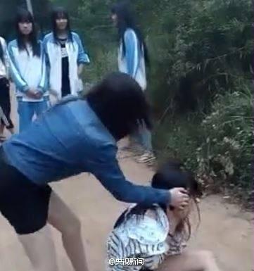 Nữ sinh bị lột quần áo, đánh hội đồng giữa phố - ảnh 3