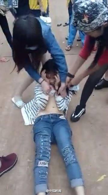 Nữ sinh bị lột quần áo, đánh hội đồng giữa phố - ảnh 2