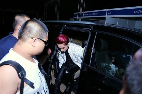 Sơn Tùng đeo 'băng tang' trên sân khấu The Remix gây tranh cãi - ảnh 1