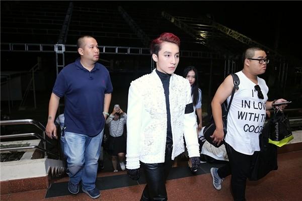 Sơn Tùng đeo 'băng tang' trên sân khấu The Remix gây tranh cãi - ảnh 3