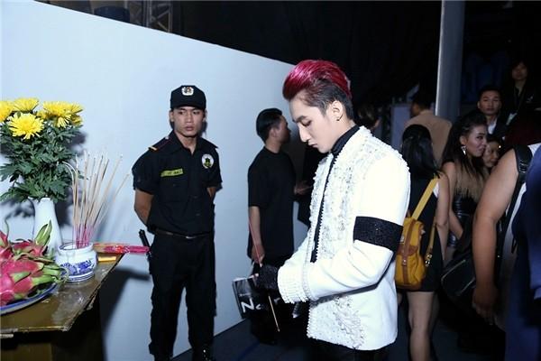 Sơn Tùng đeo 'băng tang' trên sân khấu The Remix gây tranh cãi - ảnh 4