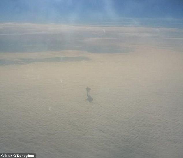 Sững sờ phát hiện bóng dáng 'người Sắt bí ẩn' trên mây - ảnh 1