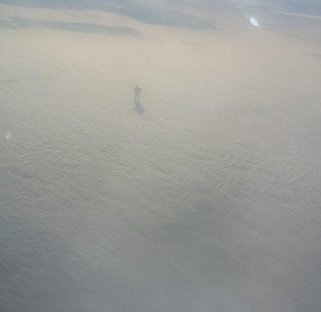 Sững sờ phát hiện bóng dáng 'người Sắt bí ẩn' trên mây - ảnh 3