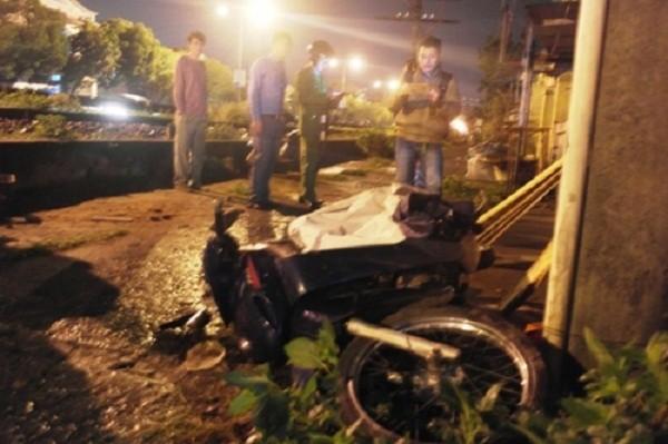 Huế: Xe máy bị móc vào đuôi tàu hỏa, giảng viên đại học nguy kịch - ảnh 1