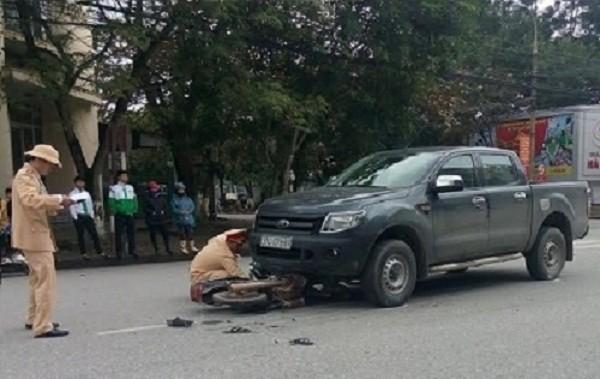 Hà Tĩnh: Ô tô kéo lê xe máy 20m, nạn nhân nhập viện trong nguy kịch - ảnh 1