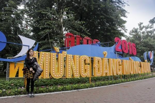 Ngắm Hà Nội rực rỡ cờ hoa dịp Đại hội Đảng 12 - ảnh 1