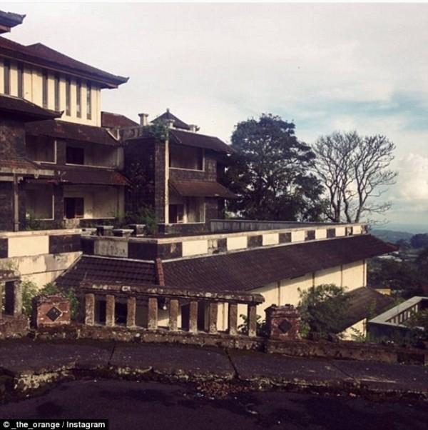 Khám phá 'khách sạn ma' bị bỏ hoang hơn một thập kỷ - ảnh 6