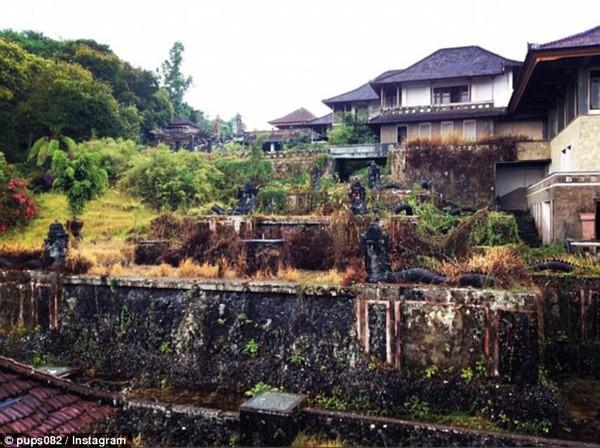Khám phá 'khách sạn ma' bị bỏ hoang hơn một thập kỷ - ảnh 1