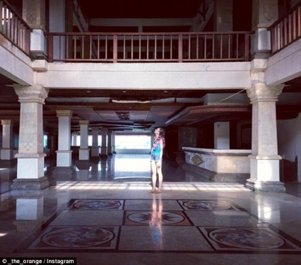 Khám phá 'khách sạn ma' bị bỏ hoang hơn một thập kỷ - ảnh 2
