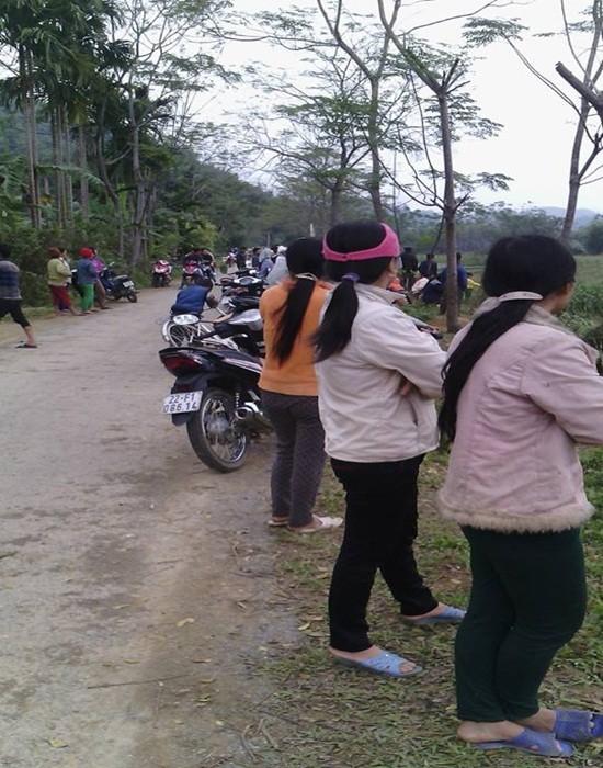 Cả làng kéo ra xem 'vật thể lạ' rơi ở Tuyên Quang - ảnh 5