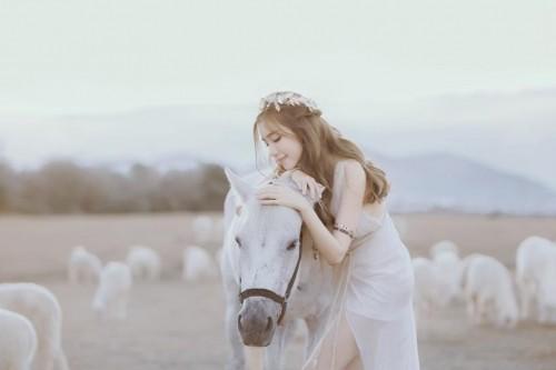 Elly Trần đẹp 'mê hồn' giữa thảo nguyên mênh mông - ảnh 1