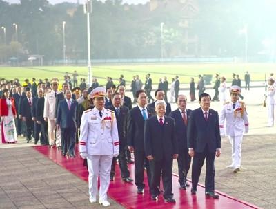 Đoàn đại biểu dự Đại hội Đảng XII viếng Chủ tịch Hồ Chí Minh - ảnh 1