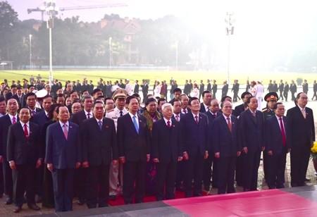 Đoàn đại biểu dự Đại hội Đảng XII viếng Chủ tịch Hồ Chí Minh - ảnh 2