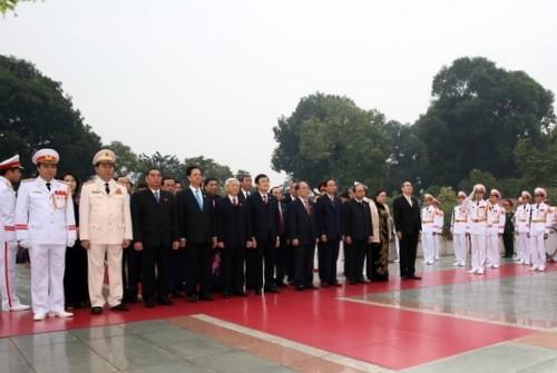 Đoàn đại biểu dự Đại hội Đảng XII viếng Chủ tịch Hồ Chí Minh - ảnh 3