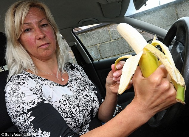 Bị phạt gần 5 triệu đồng vì ăn chuối trong lúc tắc đường - ảnh 1