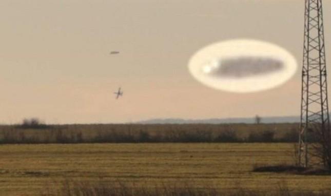 Tròn mắt chứng kiến cảnh chiến đấu cơ rượt đuổi UFO trên bầu trời - ảnh 1