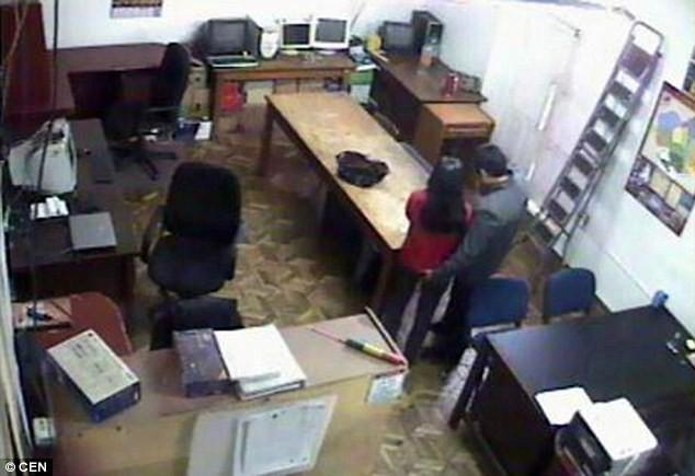 Cặp công chức 'mây mưa' ngay tại văn phòng chính quyền thành phố  - ảnh 6
