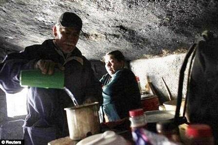 Độc đáo gia đình sống 30 năm dưới một tảng đá - ảnh 3