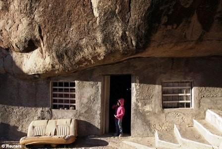 Độc đáo gia đình sống 30 năm dưới một tảng đá - ảnh 1