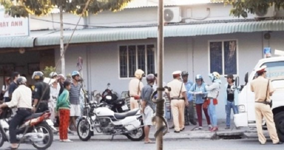 Vĩnh Long: Hỗn loạn cảnh người vi phạm giao thông 'đòi'… lại xe máy - ảnh 1