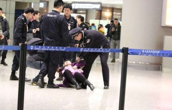 Fan nữ gào khóc lăn lộn ở sân bay để tặng quà Hoắc Kiến Hoa - ảnh 1