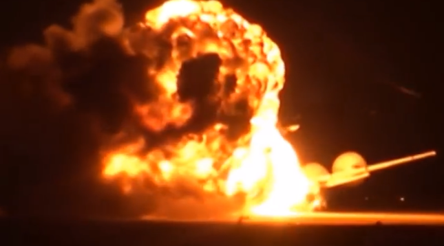 Máy bay ném bom Tu-95 Nga nổ tung trên đường băng [VIDEO] - ảnh 1