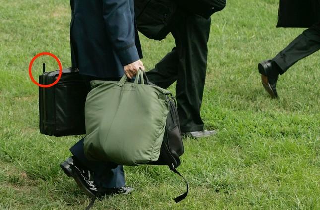 Bí ẩn trong chiếc cặp chứa cả 'cỗ máy hủy diệt' của Tổng thống Mỹ - ảnh 2