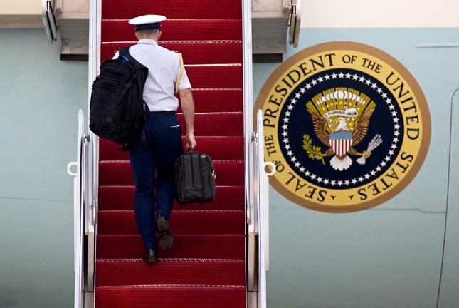 Bí ẩn trong chiếc cặp chứa cả 'cỗ máy hủy diệt' của Tổng thống Mỹ - ảnh 4