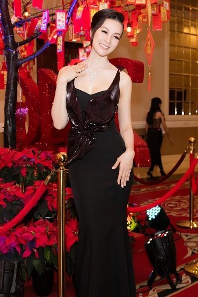 MC Thanh Mai mang trang sức kim cương 2 tỷ đi sự kiện - ảnh 1