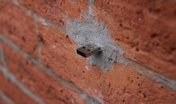 Bí ẩn những chiếc USB gắn trên các bức tường khắp thế giới - ảnh 1