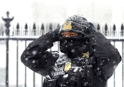 Bão tuyết lịch sử tấn công nước Mỹ, 7.700 chuyến bay bị hủy bỏ - ảnh 1