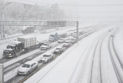 Bão tuyết lịch sử tấn công nước Mỹ, 7.700 chuyến bay bị hủy bỏ - ảnh 4