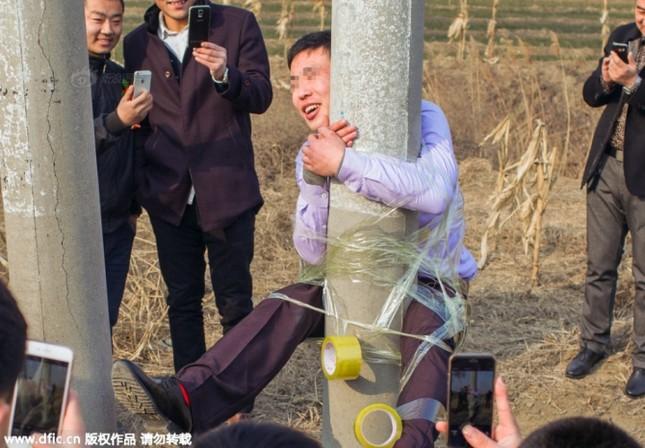Bi hài chú rể bị bạn trói lên cột điện trên đường rước dâu - ảnh 3